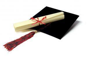 Os símbolos da formatura: capelo e diploma